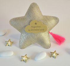 Sachet de dragées baptême lin lamé doré en forme d'étoile pompon rose fluo