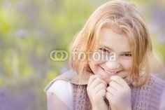 junges Mädchen in einer Wiese