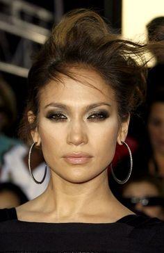 Pinterest: DEBORAHPRAHA ♥️ Jennifer lopez smokey eye makeup and hoops #jlo