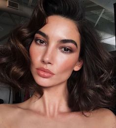 ❤️ Pinterest: DEBORAHPRAHA ❤️ Lily Aldrige makeup look, bronze and lots of volume in the hair