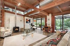 House of the Week: An Alistair Knox mud-brick original in Eltham Brick Interior, Farmhouse Interior, Modern Interior, Brick House Designs, Mud House, Beach Living Room, Brick And Wood, Home Ceiling, Earth Homes
