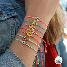 Super Promo de Navidad 🎅 No te quedes sin las tuyas, elige la combinación que más te guste 😊 Estaremos hasta el 8 de Enero en Artesanos en… Bracelet Crafts, Jewelry Crafts, Handmade Jewelry, Beaded Bracelets, Bead Jewellery, Seed Bead Jewelry, Cute Jewelry, Diy Friendship Bracelets Patterns, Iron Beads