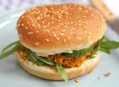 Voor 4 burgers Tijd: 30 min.  1 blikje kikkererwten (240 gram uitgelekt gewicht) 1 ui 1 teen knoflook halve rode peper halve theelepel komijn 1 theelepel paprikapoeder snufje chili hamburgerbroodjes, komkommer, saus enz. snufje peper 1 ei 4-6 eetlepels paneermeel Falafel, Eat Your Heart Out, Broccoli Casserole, Salmon Burgers, Veggie Burgers, Tofu, Vegan Vegetarian, Clean Eating, Good Food