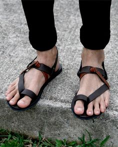 5 Flip Flop Styles that will Probably make you Flip! is part of Mens leather sandals - Flip Flops are the fashion rage and here is how you can carry off this trend fashionable! Here are 5 flip flop styles that will make you flip! Mode Masculine, Flip Flop Sandals, Flip Flops, Bohemian Style Men, Leather Sandals, Men Sandals, Estilo Hippie, Barefoot Men, Male Feet