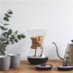 Slow koffie in eigen huis! Als sinds 1941 is de Chemex Koffiemaker een favoriet onder de koffie- en designliefhebbers! Dankzij het speciale glas en de vorm trekt het alle smaken uit de koffiebonen en levert het een pure en verfijnde kop koffie op.