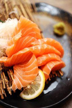i could eat salmon sashimi every day Sushi Tempura, Sashimi Sushi, Salmon Sashimi, Sushi Recipes, Asian Recipes, Healthy Recipes, Ethnic Recipes, Chef Sushi, Gourmet