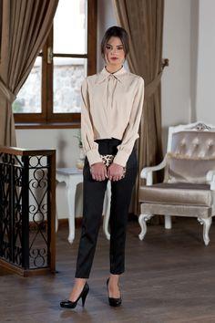 Sigaret Pantolon Nedir Marliyn Monreo ile 1950'liler de hayatımıza giren sigaret pantolon modeli Audry Hepburn tarzı pantolon olarak 1960'lı yıllarda tekrar gündeme gelip o günden bugüne kadınların tercih ettiği model olmuştur. Eskiden özel günlerde ve iş hayatında tercih edilirken günümüzde her yerde ve her zaman kadınların kullandığı model olmuştur. Normcore, Skinny, Style, Fashion, Swag, Moda, Fashion Styles, Thin Skinny, Fashion Illustrations