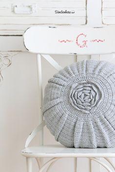 Kissen - Rundes gehäkeltes Kissen, Rosenkissen gehäkelt, - ein Designerstück von bleuetrose bei DaWanda