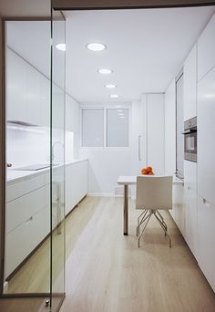 Chiralt Arquitectos I Cocina en vivienda moderna con mobiliario minimalista y suelo de parquet. Kitchen Flooring Options, Best Flooring For Kitchen, Kitchen Floors, Flooring Ideas, Flat Interior, Home Interior Design, Kitchen Vinyl Sayings, Inexpensive Flooring, Moving Furniture