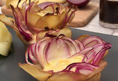 La rosiflette ! …La tartiflette se met sur son 31  Ingrédients POMME DE TERRE 1 HUILE D'OLIVE POIVRE OIGNON 1 REBLOCHON 1 PÂTE FEUILLETÉE 1 CONFIT D'OIGNON BACON 1 TRANCHE AU FOUR 180°C 20 MIN Recette Trancher une pomme de terre en très fines tranches (chips). Étaler toutes les lamelles de pomme de terre dans le fond d'un plat et recouvrir d'un filet d'huile d'olive. Poivrer généreusement. Couper un oignon en très fines rondelles. Couper 4 tranches de reblochon. Couper une pâte feuilletée…