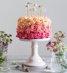 Pink festkage med mørk chokolade- og kirsebærcreme