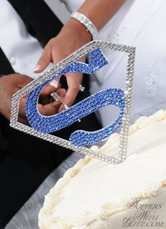 Superman Cake Topper love this! I bet PA would have insisted on something like this for our wedding if he had thought of it! Superman Wedding Cake, Superman Cake Topper, Superman Cakes, Superman Logo, Superman Art, Batman Vs, Wedding Favours Sign, Purple Wedding Invitations, Custom Wedding Cake Toppers