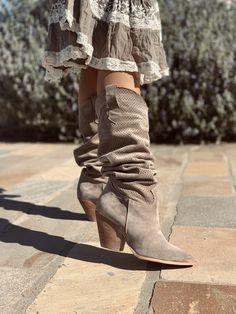 Stivali Texani Primaverili in Camoscio Taupe con Tacco Alto - KikkiLine Bohemian Boots, Cowboy Boots, Army, Booty, Ankle, Shoes, Ideas, Fashion, Gi Joe