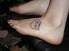 Petit tatouage d'hérisson sur le pied