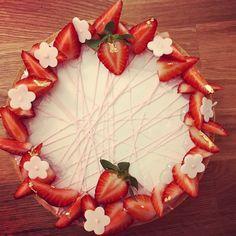 Strawberry cheesecake entrement Strawberry Slice, Strawberry Cheesecake, Strawberry Recipes, Best Cheesecake, Cheesecake Recipes, Cheesecake Decoration, Cut Strawberries, Cake Decorating Piping, Vanilla Milk