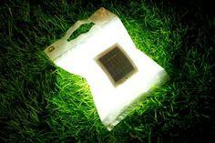 Universitários criam lâmpada dobrável, renovável e à prova d'água