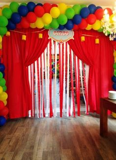 Photo backdrop: multi colored streamers, red curtain, no balloons Circus Carnival Party, Circus Theme Party, Carnival Birthday Parties, Circus Birthday, First Birthday Parties, Birthday Party Themes, Decoration Cirque, Carnival Decorations, Birthday Decorations