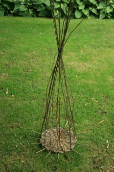 Weaving a basic basket Paper Basket Weaving, Willow Weaving, Rope Basket, Nature Crafts, Garden Projects, Wicker Baskets, Plant Hanger, Kos, Arts And Crafts