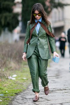 Fur Stoles Make A Street Style Statement On Day 1 Of Milan Fashion Week - Fashionista Top Street Style, Milan Fashion Week Street Style, Milan Fashion Weeks, Autumn Street Style, Street Styles, Brown Gucci Loafers, Leather Loafers, Loafers Outfit, Short