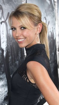 "Blonde beauty Riley Voelkel wears a polished ponytail to HBO's ""The Newsroom"" Season 2 premiere."