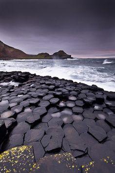 Columnas  naturales de basalto  de la Calzada de los Gigantes en el Condado de Antrim, Irlanda.-