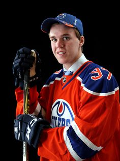 Connor McDavid poses after being selected first overall by the Edmonton Oilers in the first round of the 2015 NHL Draft at BB&T Center on June 26 2015 in Sunrise Fla. Hot Hockey Players, Nhl Players, Hockey Games, Ice Hockey, Connor Mcdavid, Hockey World, Tyler Seguin, Tim Hortons, Edmonton Oilers