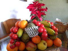 Frutas entre la flor de Pascua.