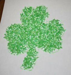Je met du riz ds un ziploc et du colorant vert et un peu d'alcool, puis j'étend sur des essuie-tout pour assécher un peu