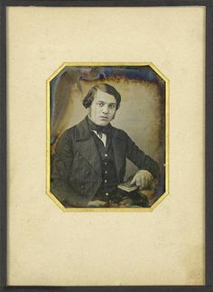 """Louis-Jacques-Mandé Daguerre: """"Portrait d'homme jeune, a mi-genoux, assis, la main droite tenant un livre"""" (1840-1845). Técnica: daguerrotipo. Corriente: ¿? Louis Daguerre, Victorian, Retro, Portraits, Painting, Vintage, Art, Daguerreotype, Men Portrait"""