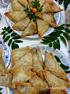 Ruokapankki: Pinaattijuustokolmiot #ruokapankki #ruokablogi #filo #resepti Superfood, Camembert Cheese, Tacos, Baking, Ethnic Recipes, Mood, Party, Bakken, Bread