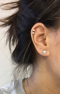 Thinking of getting your next ear piercing? Here are 16 (compelling) reasons why it should definitely be a helix ear piercing. Spiderbite Piercings, Ear Peircings, Double Cartilage Piercing, Ear Piercings Cartilage, Cartilage Earrings, Stud Earrings, Anti Tragus, Ear Piercings, Piercing Tattoo