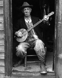 The banjo is an iconic instrument essential to the history of American music. Folksy and fun, recent years have seen it reemerge as a mainstream musical influence thanks to Mumford and Sons and others Folk Musik, Vintage Magazine, Americana Music, Mountain Music, Best Guitar Players, Jazz Guitar, Music Images, Hipster, Music Theory