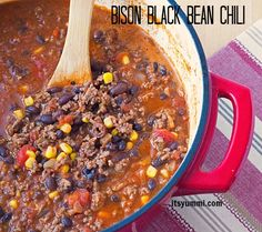 Bison and Black Bean Chili Recipe from ItsYummi - lean and loaded with flavor! #SundaySupper