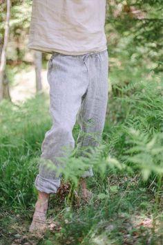 Lässig geschnittene Hose aus 100% Bio-Leinen. Durch den Kordelzug und dem Gummibund aus Naturkautschuk lässt sich die Weite verstellen. Klassisch getragen oder mit umgeschlagenem Bein kann man die Hose vielseitig kombinieren. Hergestellt in Österreich - aus natürlichen und nachhaltigen Materialien! Nerium, Garden Sculpture, Outdoor Decor, Sustainable Fashion, Sustainability, Classic Clothes, Natural Rubber, Classic, Linen Fabric