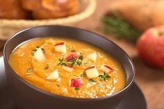 Jetzt im Oktober haben Kürbisse endlich wieder Saison. Das leuchtend bunte Gemüse passt wunderbar in die Herbstküche und schmeckt besonders lecker als warme Kürbissuppe. Wir zeigen sie euch in drei unterschiedlichen Varianten von traditionell bis exotisch.