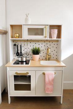 IKEA HACK: 15 ideas for redesigning the DUKTIG kitchen for children – diy kitchen decor ideas Ikea Kids Kitchen, Diy Play Kitchen, Kitchen Decor, Kitchen Storage, White Ikea Kitchen, Kitchen Design, Baby Zimmer Ikea, Diy Cozinha, Ikea Hack Kids