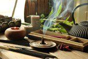 En este artículo te damos a conocer diferentes maneras de perfumar tu hogar de manera natural con aceites esenciales, inciensos y plantas aromáticas.