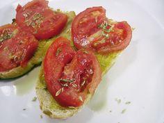 DESAYUNO ANTIOXIDANTE.  Pan tostado con un chorrito de aceite de oliva virgen extra, tomate fresco y orégano. Exquisito y sanísimo !!!