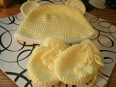 crochet baby hat & mittens http://www.yayascreativecorner.com/2011/12/brookes-mittens.html