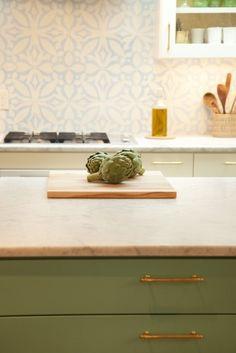 backsplash, cabinet color, gold hardware