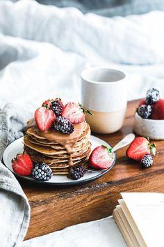 Vegane Buchweizen-Pancakes mit Mandelmus Vegan buckwheat pancakes with almond butter Chocolate Chunk Cookies, Vegan Chocolate, Chocolate Pastry, Vegan Buckwheat Pancakes, Eat This, Tasty, Yummy Food, Aesthetic Food, Savoury Cake