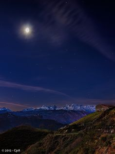 La luna ilumina el macizo central de los Picos de Europa