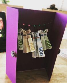 Skal du til konfirmation og mangler du inspiration til pengegaver til konfirmanden - så se disse 21 idéer til sjove pengegaver. Skal du til konfirmation og mangler du inspiration til pengegaver til konfirmanden - så se disse 21 idéer til sjove pengegaver. Diy Holiday Gifts, Diy Gifts, Best Gifts, Folding Money, Diy And Crafts, Paper Crafts, Money Origami, Origami Butterfly, Last Minute Gifts