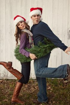 Holiday Card Photo Ideas: A list of family holiday photo card ideas that are sure to be a hit with your friends and family. Funny Christmas Photos, Send Christmas Cards, Christmas Couple, Holiday Photo Cards, Holiday Photos, Christmas Humor, Christmas Fun, Funny Xmas, Picture Ideas
