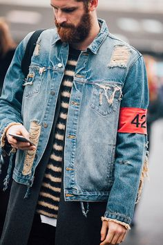 Take a look at the best looks spotted on the streets of Paris during Menswear Week Fall/Winter 2016-2017, taken by Jonathan Daniel Pryce. Parfait!