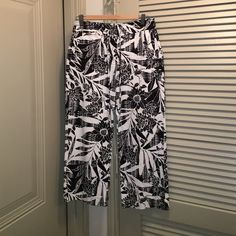Chico's black and white floral capri pants sz 0.5 These are Chico's black and white floral capri pants sz 0.5 cotton blend and great for summer! Chico's Pants Capris