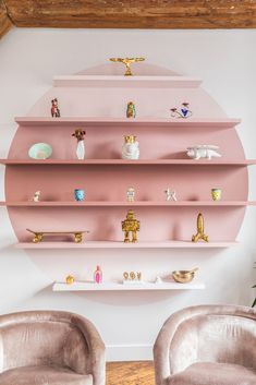 Contemporary shelves in a circular shape  using a different darker shade paint and a cardboard stencil -above a main sofa or big high table in a room , filled with your favorite collection of treasure finds! Pink Bookshelves, Pink Shelves, Creative Bookshelves, Bookshelf Design, Retro Home Decor, Diy Home Decor, Home Decoration, Home Interior Design, Interior Decorating