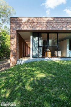 Casa em Curitiba aposta no tijolinho   Arquitetura e Construção