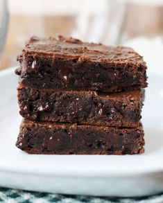 Double Chocolate Grain-Free Brownies Flourless} - 6 eaay ingredients including banana and peanut butter Healthy Work Snacks, Healthy Baking, Healthy Desserts, Healthy Brownies, Healthy Food, Healthy Style, Healthy Recipes, Eating Healthy, Healthy Meals