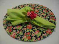 Vestindo Mesas: Sousplat - Flores (fundo azul-marinho)